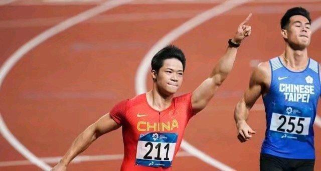 不可思议!时隔多年,苏炳添状态依旧火热,还能跑进10秒内。苏炳添可谓是继刘翔之后,中国体育田径圈中的又一位能人悍将,曾经以9秒99的成绩刷新亚洲记录,征服了对手以及观众,让中国田径以一种优秀的姿态再次进入人们视野。在今日的田径邀请赛肇庆站100米男子短跑决赛中,苏炳添以9秒98的成绩夺得冠军,刷新了多项赛会记录,并且还击败了自己最大的对手谢震业。只能说苏炳添的状态保持的太好了,毕竟体育就是吃年轻饭,但苏炳添却能在几年后再次突破进入10秒内大关,不愧是中国田径的骄傲与门牌之星。